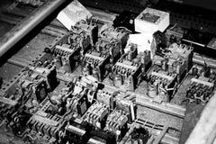 老多灰尘的电组分 库存照片