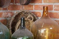 老多灰尘的酒瓶-静物画 免版税库存图片