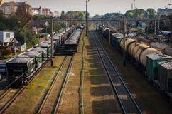 老多灰尘的铁路的看法与运货车和输电线的 免版税库存照片