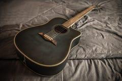 老多灰尘的音响切掉的吉他 免版税库存图片