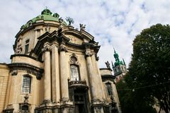 老多米尼克大教堂主要门面由树的 免版税图库摄影