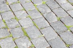老大卵石石头路的样式 免版税库存照片
