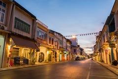 老大厦丝光斜纹棉布葡萄牙样式在2015年12月24日的普吉岛在普吉岛,泰国 老大厦区域是非常著名touris 图库摄影