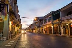 老大厦丝光斜纹棉布葡萄牙样式在2015年12月24日的普吉岛在普吉岛,泰国 老大厦区域是非常著名touris 库存图片