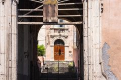 老大厦入口在卡塔尼亚,西西里岛,有装饰的壮观的wrought-iron门的意大利 免版税图库摄影