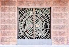 老大厦入口装饰了壮观的wrought-iron门,伪造的元素 免版税库存照片