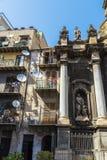 老大厦和一个教会在巴勒莫在西西里岛,意大利 免版税库存图片