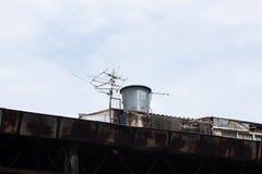 老大厦和天线 库存照片