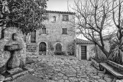 老大厦和狭窄的街道在Eze Eze是小村庄在摩纳哥附近和尼斯在普罗旺斯,法国 免版税库存照片