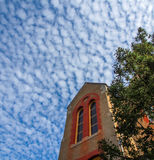 老大厦和蓝天与云彩 免版税库存图片