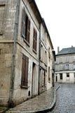 老大厦和议院在鹅卵石街道上 免版税图库摄影