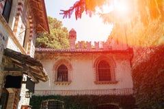 老大厦在古老城堡庭院里在阳光下 免版税库存图片