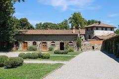 老大厦在古老城堡庭院里在Grazzano Viscont 免版税库存照片