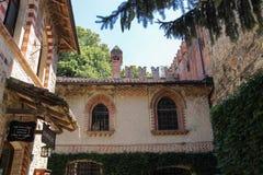 老大厦在古老城堡庭院里在Grazzano Viscont 库存照片