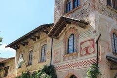 老大厦在古老城堡庭院里在Grazzano Visconti 免版税库存图片