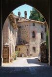 老大厦在古老城堡庭院里  免版税图库摄影