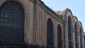 老大厦在城市 免版税库存照片