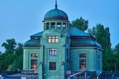 老大厦在布拉格从晚上光的河伏尔塔瓦河观看了 免版税库存照片