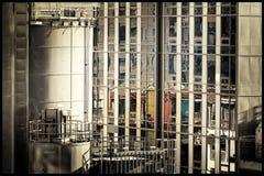 老大厦在新的工厂厂房反射了在整修下 库存照片