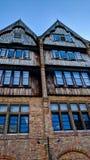 老大厦在有蓝色窗口的布鲁日 免版税库存图片