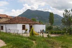 老大厦在村庄特雷比涅,阿尔巴尼亚,欧洲 免版税图库摄影