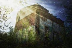 老大厦在被放弃的镇 免版税库存图片
