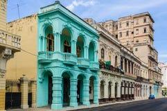 老大厦在Paseo马蒂在哈瓦那,古巴 免版税库存图片