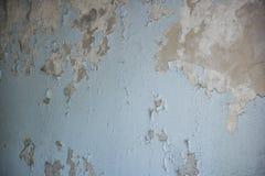 老大厦的破裂的墙壁是蓝色的 免版税库存照片