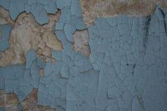 老大厦的破裂的墙壁是蓝色的 库存照片