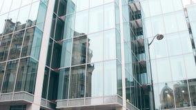 老大厦的被变形的反射在现代办公室玻璃门面的在巴黎 对面概念 库存照片