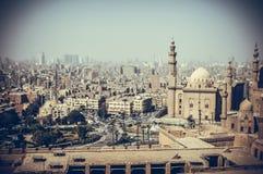 老大厦看法与清真寺的在开罗,埃及 免版税库存照片