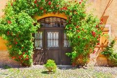 老大厦美丽如画的门面在凯塞尔斯贝尔,阿尔萨斯,法国 免版税库存图片
