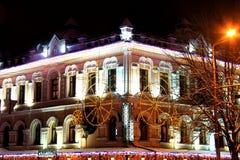 老大厦美丽的门面与夜照明的 免版税库存图片