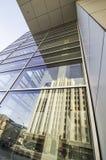 老大厦被反射的现代大厦视窗 免版税库存图片