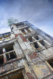 老大厦门面低角度建筑细节反对清楚的蓝天的 库存图片