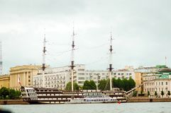 老大型驱逐舰在圣彼德堡 对游人的吸引力 库存图片