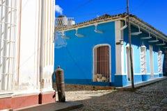 老大炮和五颜六色的古巴邻里 库存图片