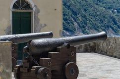 老大炮被安置保卫堡垒 免版税库存照片
