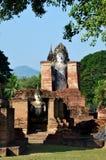 老大菩萨雕象和古老大厦在Sukhothai, Thailan 库存图片