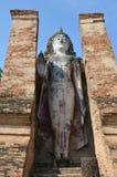 老大菩萨雕象和古老大厦 免版税库存照片