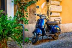 老大黄蜂类滑行车在老街道上停放了在罗马,意大利 库存照片
