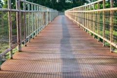 老天桥在城市 免版税库存照片