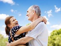 老夫妇在室外的夏天。 免版税库存图片