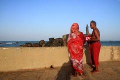 老夫妇看Thiruvulluvar雕象在科摩林角, TamilNadu,印度 库存照片