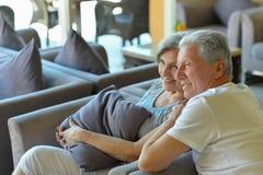 老夫妇去一个手段假期 免版税库存照片