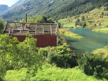 老奔跑下来沿挪威流洒了 免版税图库摄影
