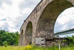 老奥地利石铁路桥高架桥在乌克兰 库存图片