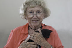 老妇人和她心爱的全部赌注 库存图片