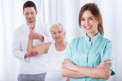 老妇人和她的生理治疗师 库存照片