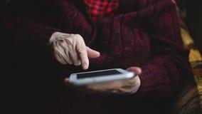 老妇人和电子片剂的手 影视素材
